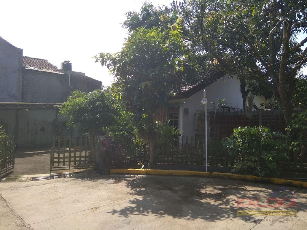 Rumah lama terawat di Arcamanik Endah